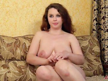 Толстенькая и очень красивая милфа брюнетка проходит порно кастинг