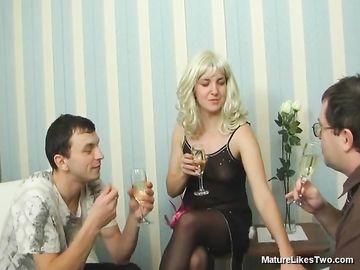 Горячая мамка выпивает шампанского и занимается групповым сексом