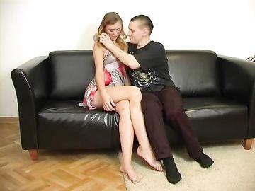 Молодой парень трахает родную сестру и зрелую мамашу на диване