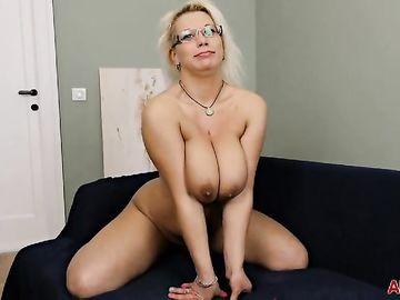 Аппетитная русская мамаша с большими дойками Luba Love