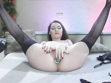 Длинноволосая девушка в корсете и чулках мастурбирует дырки
