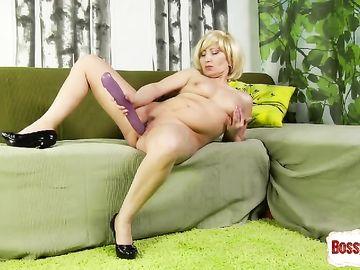 Блонда предпенсионного возраста разными игрушками дрочит пизду