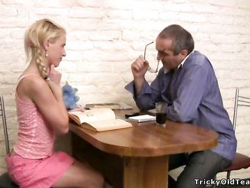 Зрелый преподаватель мощно трахает русскую блондинку на столе