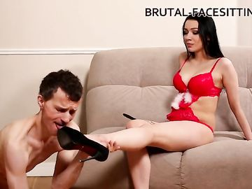 Брюнетка в эротическом белье доминирует над русским пареньком