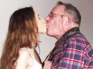 Старый мужик и стройная девушка потрахались по полной программе