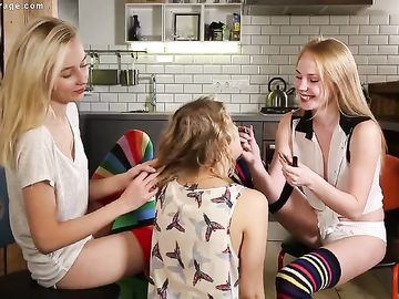 Раскрепощенные молоденькие лесбиянки лижут влажные киски на полу