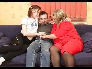 Парень трахает толстую русскую маму и свою родную сестру