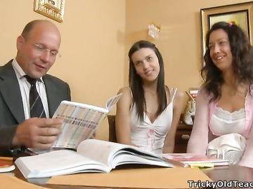 Горячий секс двух русских студенток и зрелого преподавателя