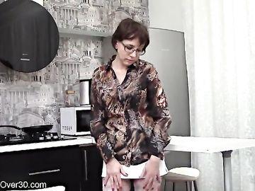 Украинка в возрасте раздевается на кухне и мастурбирует волосатую манду