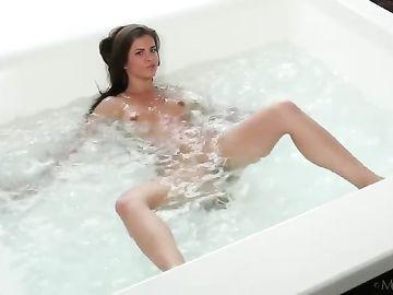 После утренней пробежки красивая брюнетка моется в ванной
