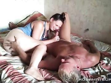 Жена с большой жопой сосет член и дает мускулистому мужу на камеру