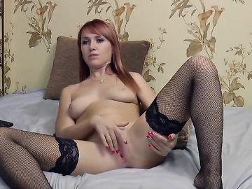 Красотка с рыжими волосами в эротическом чате дрочит ватрушку