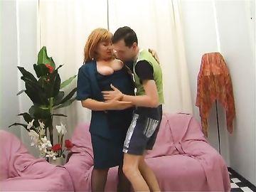 Пацан подарил маме лампу и занялся с ней семейным сексом на диване