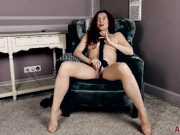Взрослая сексуальная брюнетка проходит приватный порно кастинг