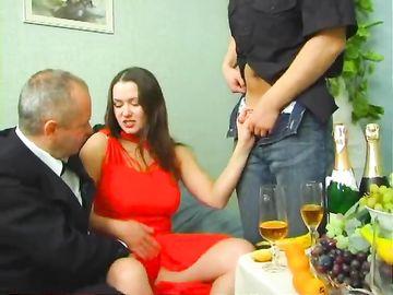 Горячая мамка занялась анальным сексом с мужем и с официантом