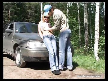 Чел вывез блондинку в лес и трахнул её на свежем воздухе возле машины