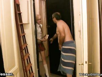 Препод трахает худенькую студентку в короткой юбке после минета