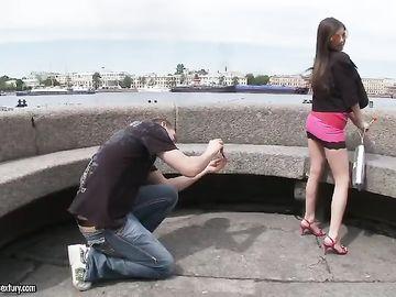 Пикапер трахает девчонку в жопу, познакомившись с ней на набережной