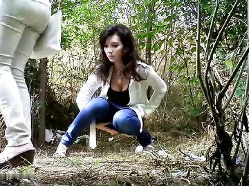 Молодая брюнетка присела пописать в кустах, не зная о скрытой камере