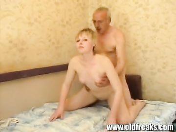 Взрослый мужик занимается с дочкой семейным сексом на диване