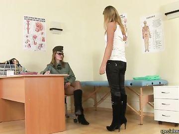 Девушка с большими дойками хочет в армию и проходит обследование