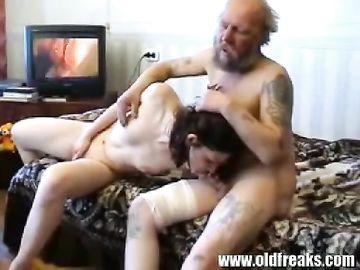 Старый отец вернулся с зоны и трахает дочку в презервативе на диване
