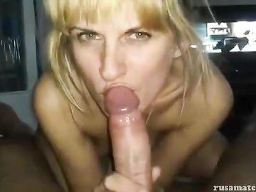 Зеленоглазая блондинка аппетитно сосет большой член своего мужа
