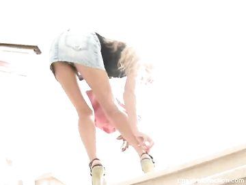 Озабоченный тип снял на камеру сексуальные ножки блондинки на лестнице